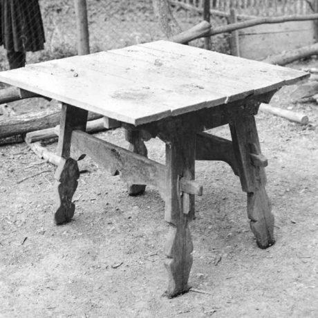 Stôl so šikmým podstolím, Nová dedina_Gondovo, okr. Levice, 1966. Foto: J. Čenek. Archív negatívov Ústavu etnológie SAV v Bratislave