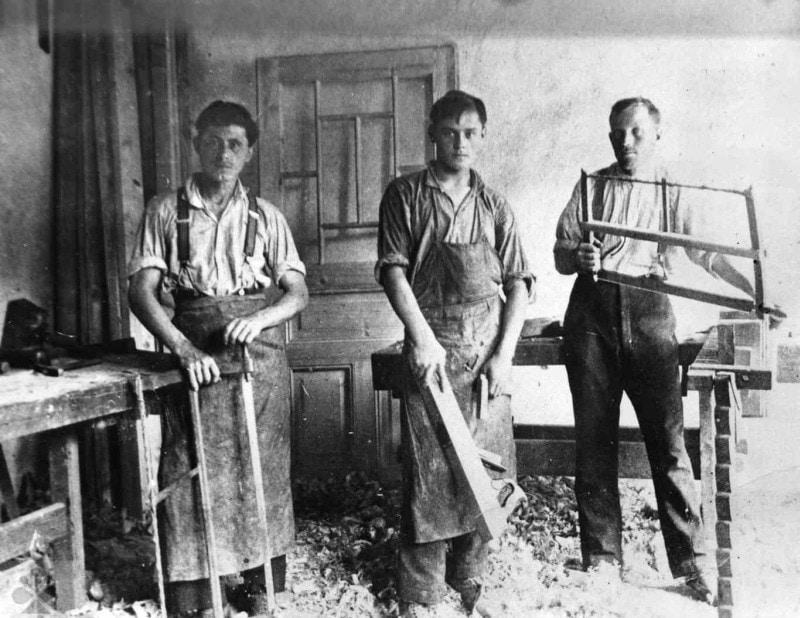 Stolársky majster a jeho tovariši. Pobedim (okr. Nové Mesto nad Váhom), 1926. Archív pozitívov Ústavu etnológie SAV.