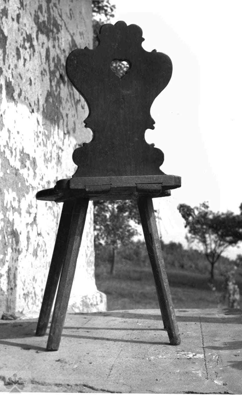 Stolička  samonosnej konštrukcie, Jabloňovce, okr. Levice, 1972. Viera Valentová. Archív negatívov Ústavu etnológie SAV v Bratislave