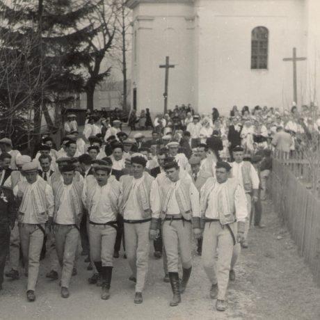 Regrúti počas cirkevného gréckokatolíckeho sviatku v Šumiaci. Okolo roku 1960. Foto: Marcel Pollák