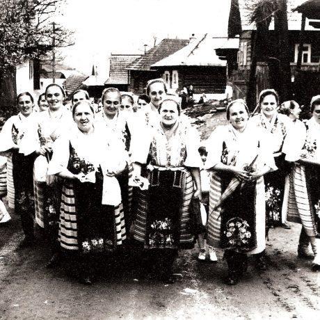 Ženy zo Šumiaca počas sprievodu dedinou. Okolo roku 1970. Foto: Marcel Pollák