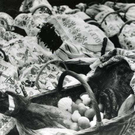Potraviny tradične konzumované cez veľkonočné sviatky, pripravené na posvätenie počas bohoslužby. Jakubany (okr. Stará Ľubovňa), 60.