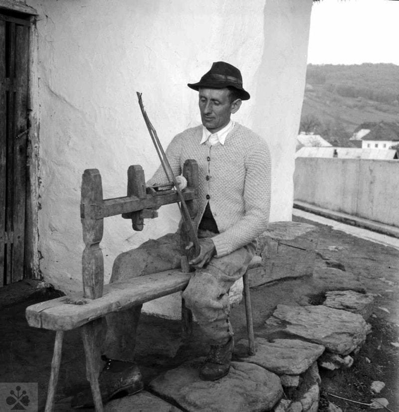 Tokáreň na ručný pohon pomocou luku. Turie Pole (zaniknutá obec na území okr. Zvolen), 1950. Archív negatívov Ústavu etnológie SAV v Bratislave. Foto J. Nový, 1950.