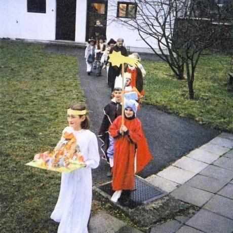 Koledníci v obci Hubová (okr. Ružomberok), 2000. Prevzaté z Feglová, V.: Zdravie, šťastie, pokoj svätý. Bratislava 2008, 48. Foto: E. Klepáčová