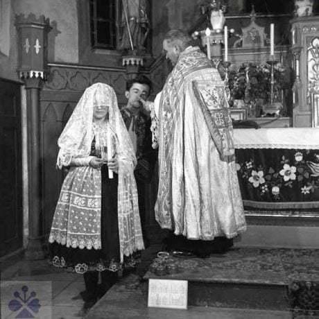 Vádzka mladuchy po cirkevnom sobáši, počas ktorej so sviecou v ruke obchádza okolo oltára. Dolné Orešany (okr.Trnava), 1956. Archív negatívov Ústavu etnológie SAV v Bratislave. Foto: V. Törey