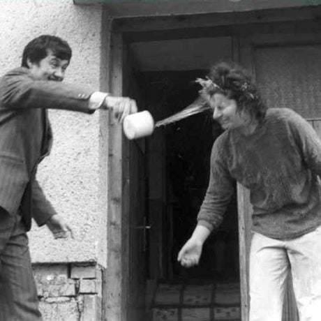 Veľkonočná polievačka. Podbiel (okr. Dolný Kubín), 1976. Archív negatívov Ústavu etnológie SAV v Bratislave. Foto: E. Klepáčová