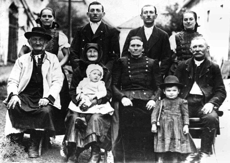 Viacgeneračná rodina z Hontu. Jabloňovce (okr. Levice), 1923.  Ústav etnológie SAV Bratislava