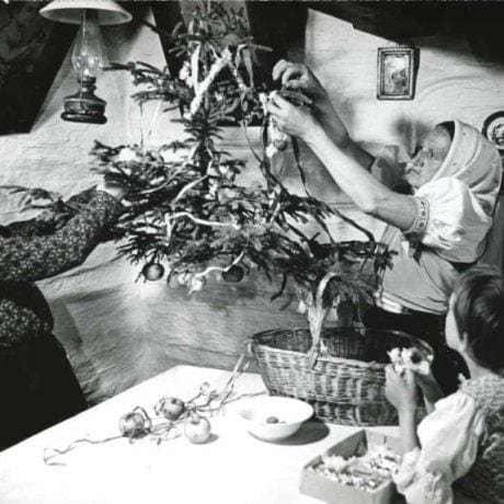 Zdobenie visiaceho ihličnatého vianočného stromčeka. Nedatované, nelokalizované. Archív pozitívov Ústavu etnológie SAV v Bratislave. Foto: T. Szabó
