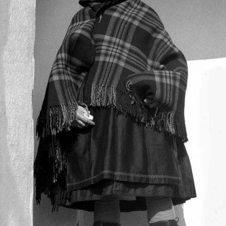 Žena zahalená do vlniaka, Litava, okr. Krupina, 1976. Foto: A. Pranda, Archív negatívov Ústavu etnológie SAV v Bratislave