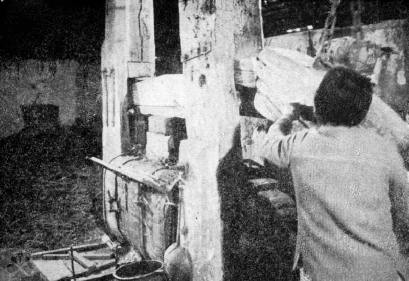 Vbíjanie klinu nad vrchnú vodorovnú kladu, ktorá cez podložky tlačilo na vošitny v spodnej klade lisu (záboja). Z voštín sa vytláčal vosk, ktorý sa filtroval cez slamu a vytekal z lisu do klade. Lipovec (okr. Rimavská Sobota), asi 60. roky 20. storočia. Prevzaté z Prasličková, M.: Zábojný spolok voštinárov v obci Ostrany. In: Gemer, Národopisné štúdie 3, 1978, 33. Foto M. Podsedlý.