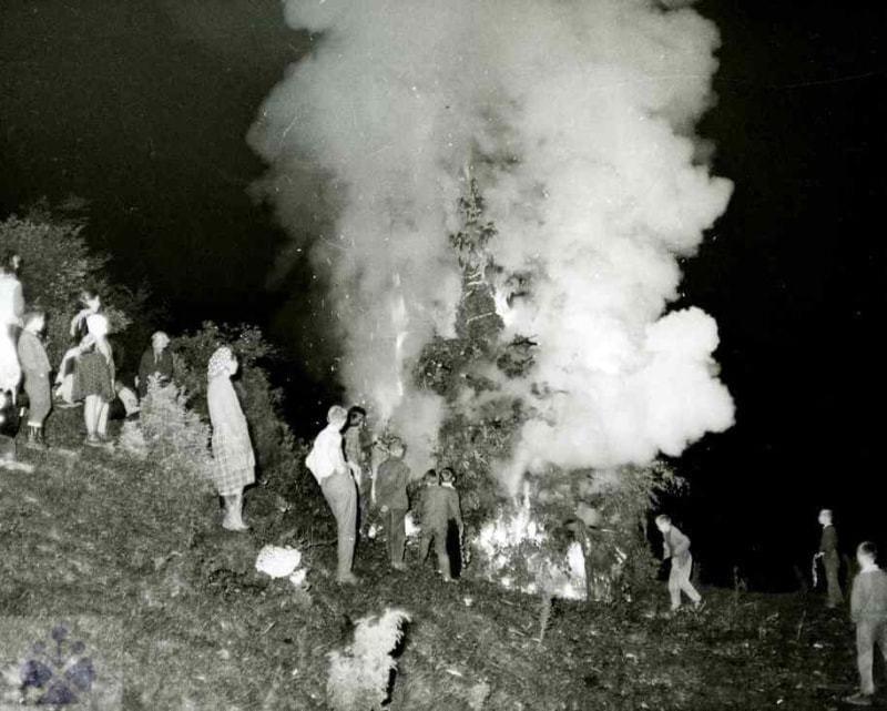 Pálenie veľkého Jána v Zázrivej (okr. Dolný Kubín), 1966. SNM – Etnografické múzeum v Martine. Foto: J. Dérer