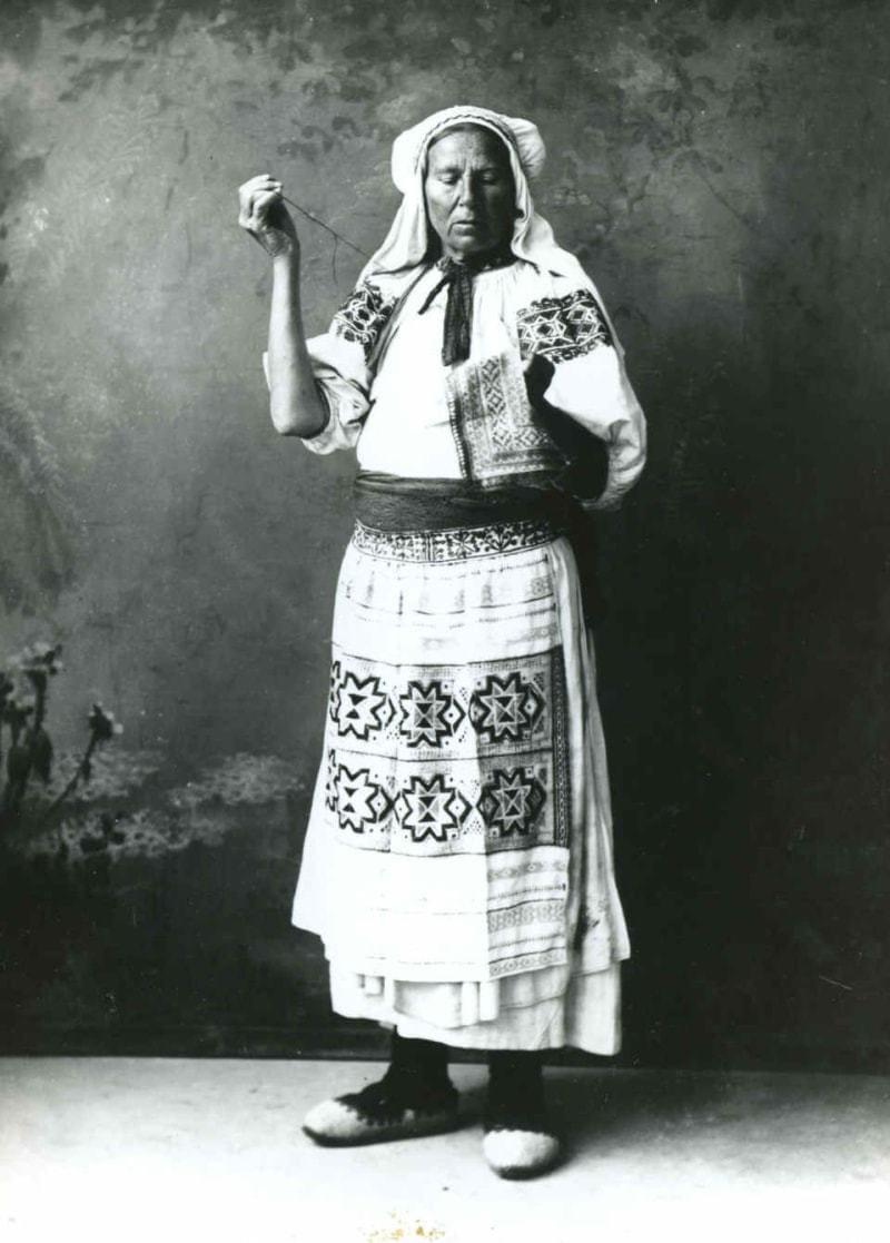 Vyšívačka. Čičmany (okr. Žilina), začiatok 20. storočia. SNM Etnografické múzeum v