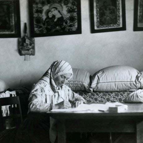 Predkresľovačka pri práci. Dolný Lopašov (okr. Piešťany).  SNM Etnografické múzeum v Martine. Foto: Pavol Socháň