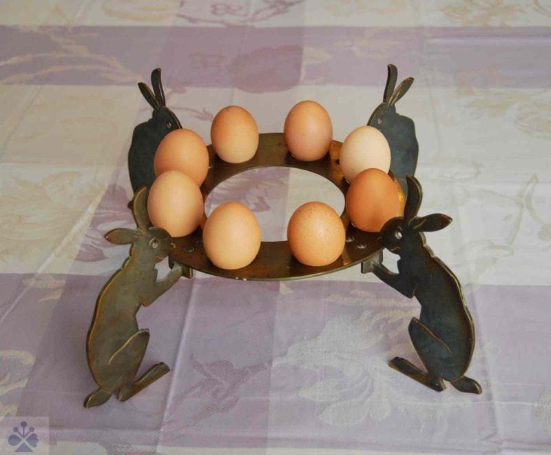 Kovový podstavec na vajíčka s postavami zajacov, používaný počas veľkonočných sviatkov v meštianskej domácnosti. Bratislava, 1. polovica 20. storočia. Súkromný archív. Foto: J. Zajonc