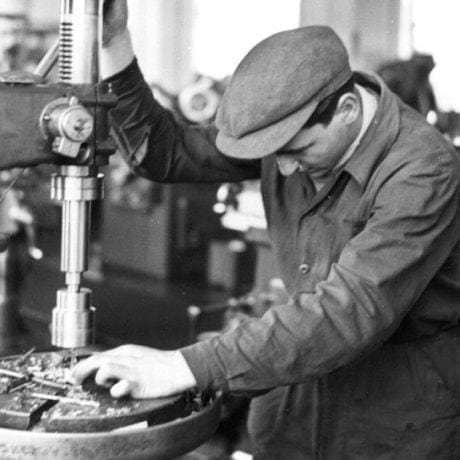 Zámočník pri práci, 50. roky 20. storočia. Súkromný archív M. Kaľavského. Foto M. Kaľavský.