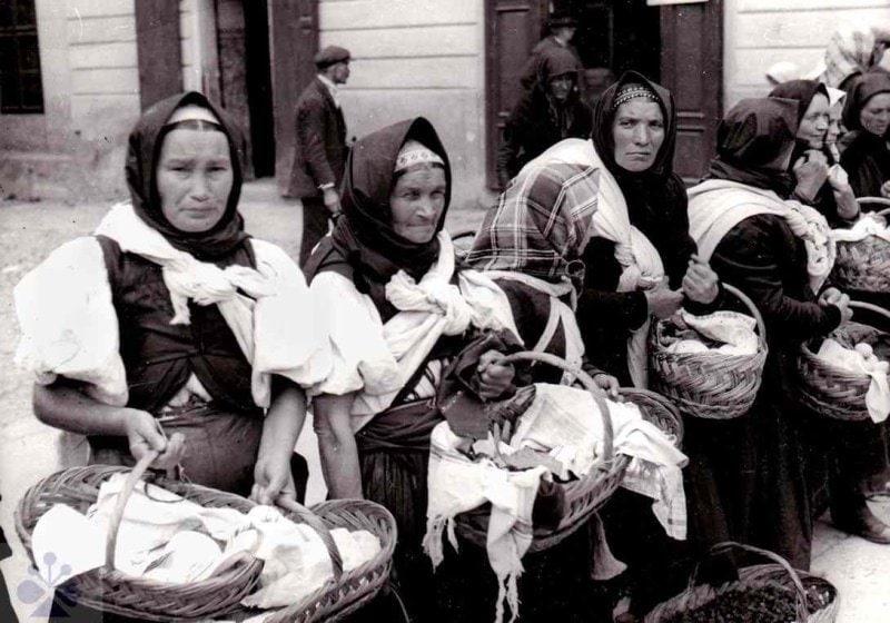 Predaj vlastných poľnohospodárskych produktov bol jedným zo zdrojov zárobku roľníckych domácností. Zvolen, 1. polovica 20. storočia. Slovenské národné múzeum v Martine. Foto K. Plicka