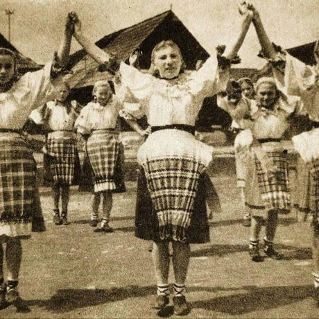Dievčatá zo Závadky nad Hronom. Okolo roku 1960. Foto: Ján Tešlár