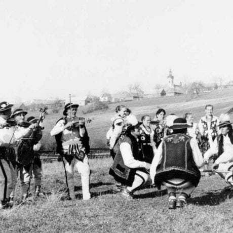 Zbojnícky tanec. Folklórna skupina z Hladovky (okr. Tvrdošín). Vedecký archív ÚEt SAV, foto T. Szabó 1977.