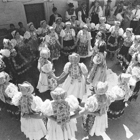 Ženské koleso. Ženy z Poník (okr. Banská Bystrica), 1965. Foto: Tibor Szabo. Archív Koordinačného centra TĽK.
