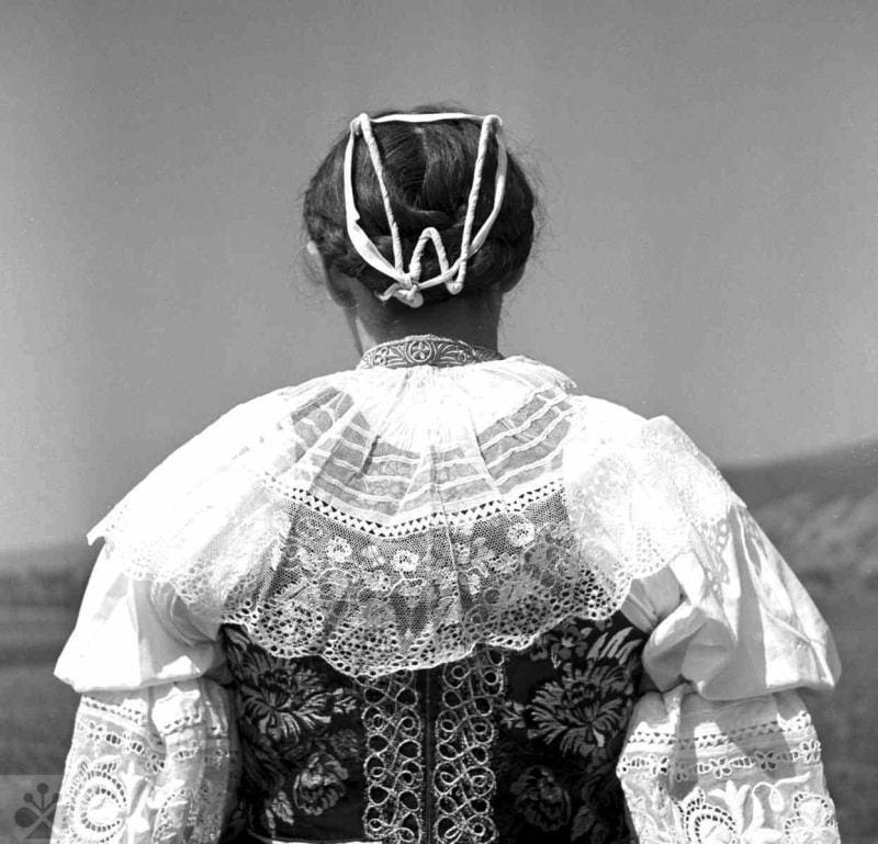 Účes vydatej ženy s podložkou do účesu, Dolné Orešany, okr. Trnava, 1956. Foto J. Paličková, Archív negatívov Ústavu etnológie SAV v Bratislave