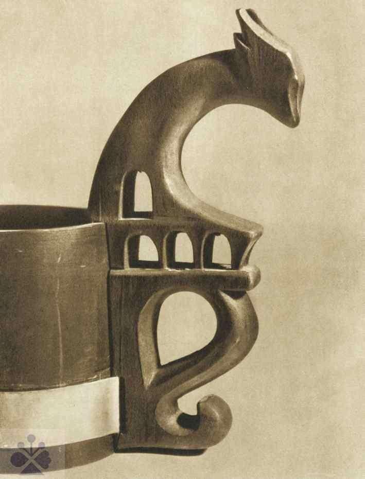 Ucho črpáka s plasticky vyrezávanou figúrou srnky. Vlachovo (okr. Rožňava), 19. storočie. Prevzaté z Bednárik, R.: Pastierske rezbárske umenie. Bratislava 1956, obr. 107