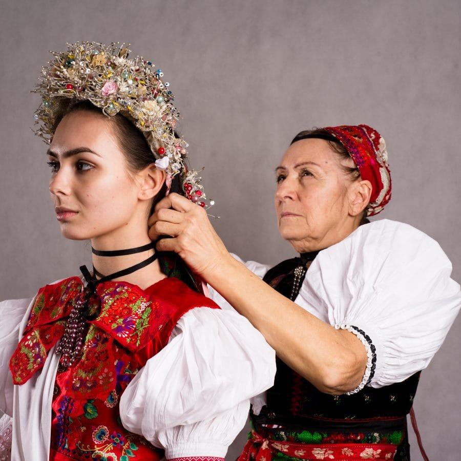 Nevesta zo Žibritova a Zuzana Šovčíková pri úprave party. Foto: Michal Veselský