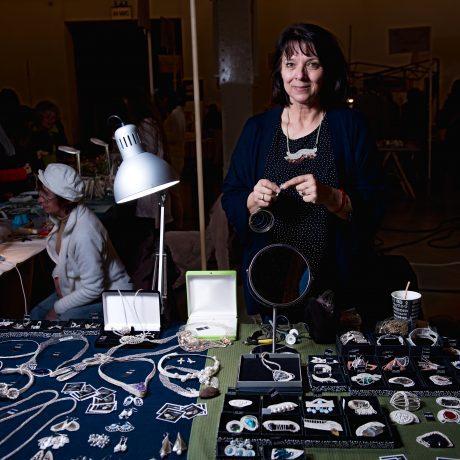 Tamara Kostovská aplikuje drotárske techniky vo výrobe umeleckých šperkov. Foto: Michal Veselský