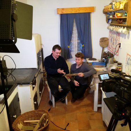 Juraj Šerík a Michal Veselský pri nakrúcaní filmu o drotárstve. Foto: Julián Ratica
