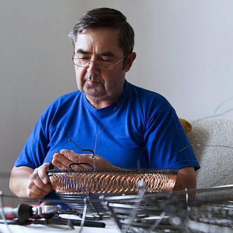 Miroslav Kalman z Petrovíc pri výrobe misy. Foto: Martin Kleibl