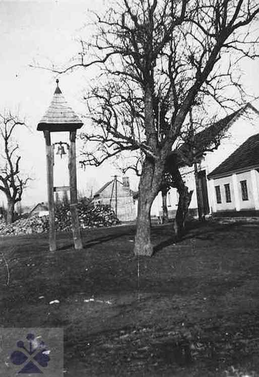 Drevená zvonica – umieráčik – stojaca uprostred obce. Budmerice (okr. Pezinok), začiatok 30. rokov 20. storočia. Keď skonal muž, zvonilo sa mu na trikrát (s dvoma krátkymi prerušeniami), žene sa zvonenie prerušilo jeden raz a skonanie dieťaťa sa oznámilo jedným neprerušeným vyzváňaním. Archív negatívov Ústavu etnológie SAV v Bratislave. Autor neznámy. Reprodukcia H. Bakaljarová