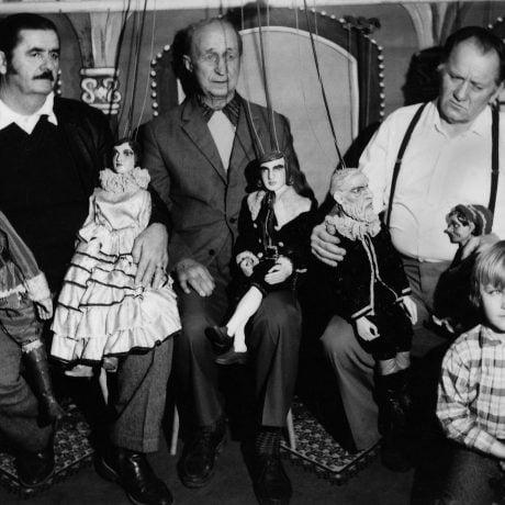 Stretnutie bývalých bábkarov. Zľava Tibor Sajka, Otokar Dubský a Ján Ružička. Banská Bystrica 1975. Vedecký archív ÚEt SAV.