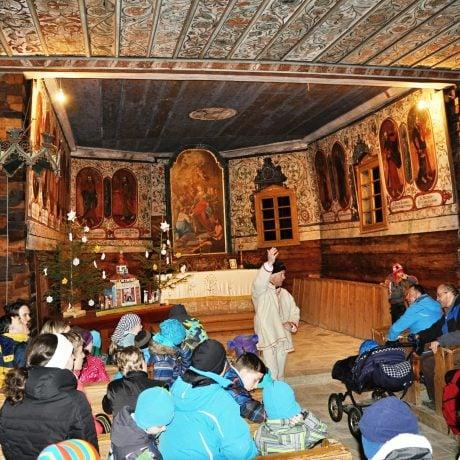 Účastníci programu pri prehliadke dreveného kostola zo Zábreže/2017/Pavel Šmeral/Archív Múzea oravskej dediny