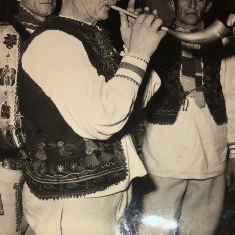 Gajdičiar Andrej Mizerák pri hre na gajdicu/1970/Autor neznámy/Archív obce Lúčka